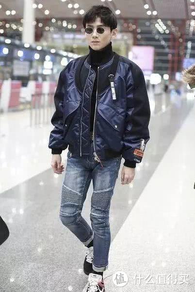 别看他穿的限量版球鞋,他的裤子可能¥200还不到!