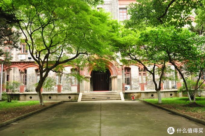 校区够老的好处 就是树木都成荫,和古老的楼房相影成趣