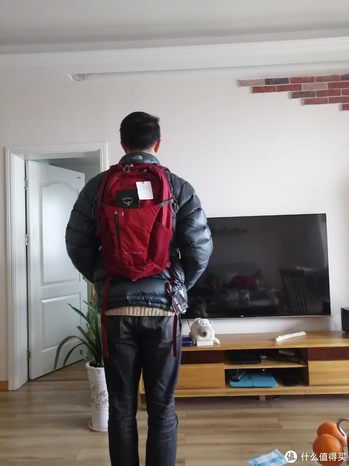 背包上身效果图,本人身高180感觉还是蛮合适的背起肩带长度随意可调节,背部也有一定的支撑