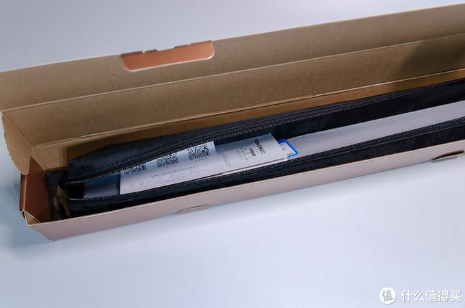 打开包装后灯是直接装在附赠的尼龙手提包里的,方便室外拍摄携带