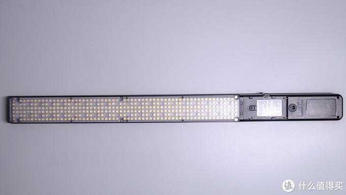 产品正面可以看到led灯珠的排列,中间空隙的小块就是下层RGB灯珠,一共有40颗RGB灯珠,配合99级调光,可变幻出近百万种色调来烘托拍摄的环境氛围。