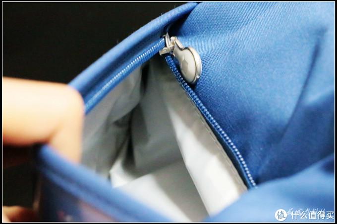 顶部的独立拉链袋,可以放入不少零碎物品,比如跳绳笔袋等
