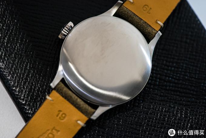 内里机芯是基于ETA A31的L888芯,3.5赫兹65小时动储,与前面推荐的男士潜水表所用机芯一样。