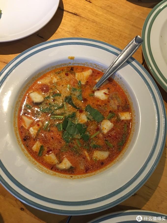 冬阴功汤,入口浓浓的香气,细品有辣,喝的胃里暖呵呵的,点了两次
