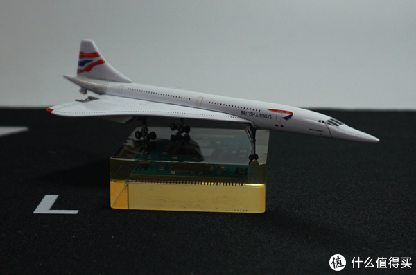 英航机头下面有一条类似裂纹的涂装,应该是机头活动部件的体现,实际上机头可以向下掰,让驾驶员有更好的起降视野,模型没法活动。