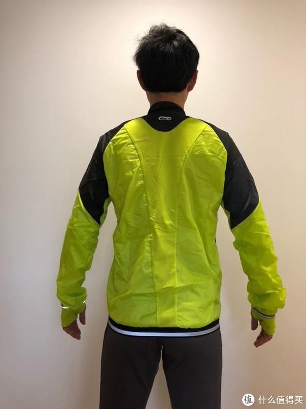 一件迪卡侬男士跑步运动衫