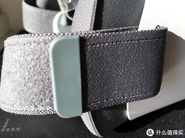 两侧的固定绑带,放到最长时候因为接触面小,粘的不紧,其他时候还行