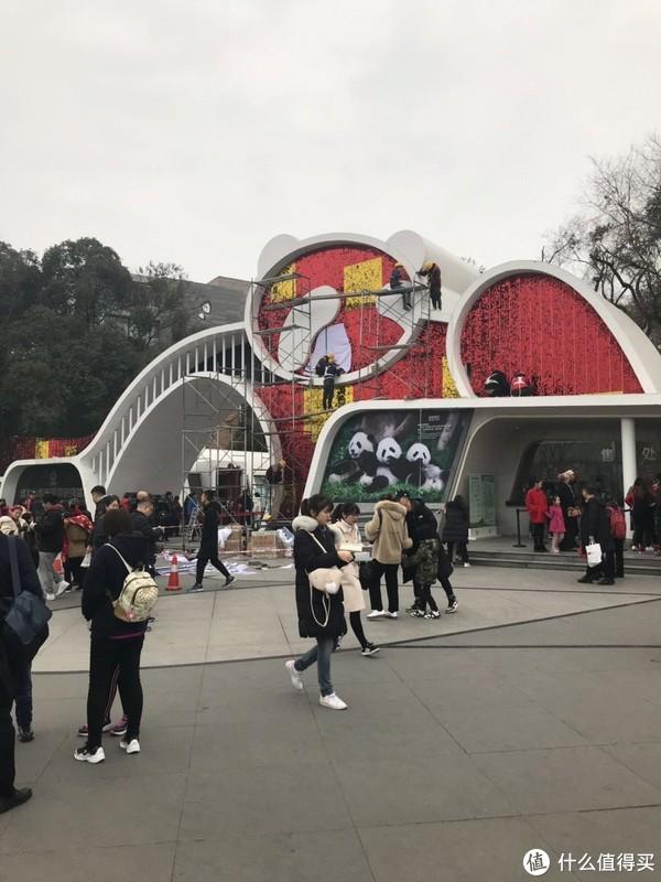 可能要迎接新年,景区喜庆大门正在装修中。