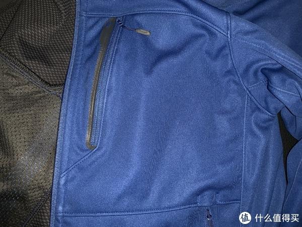 左胸前的胸袋,面积很大