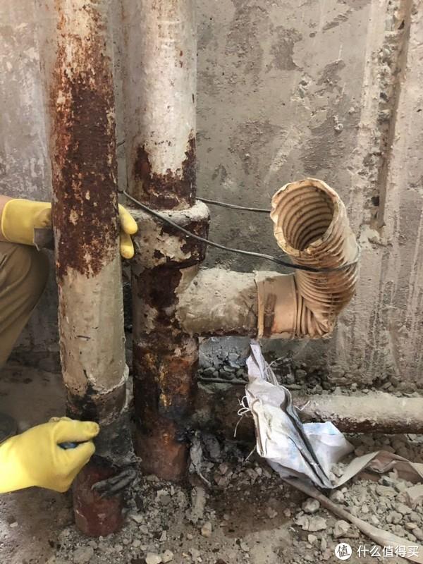 拆除了原侧排马桶的老房卫生间的铸铁排水主管道