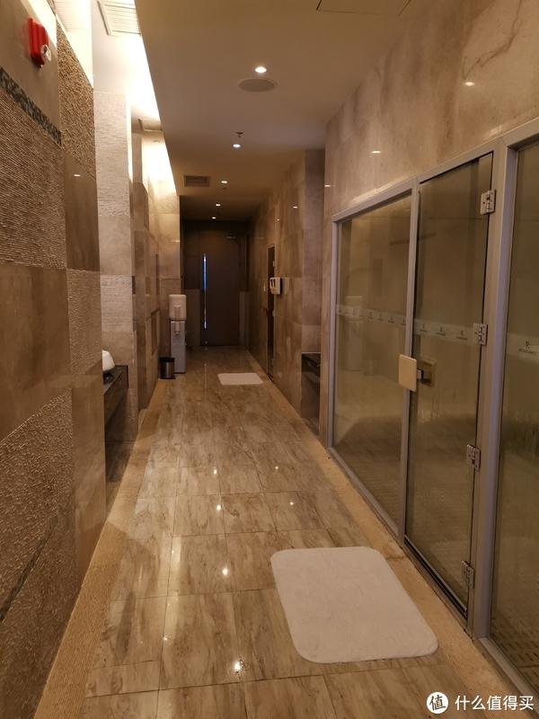 游泳池前的淋浴间