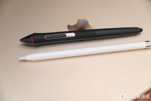 两支笔也是完全不同。iPad笔的手感确实不怎么行。笔头也太粗了。