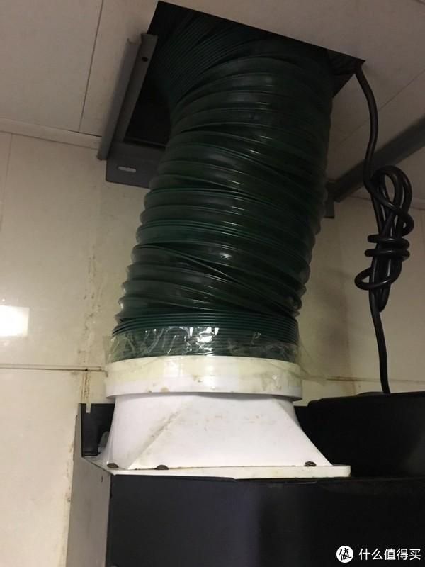 拆下装饰罩的油烟机局部是这样的,可以看到上面挂装饰罩的挂钩