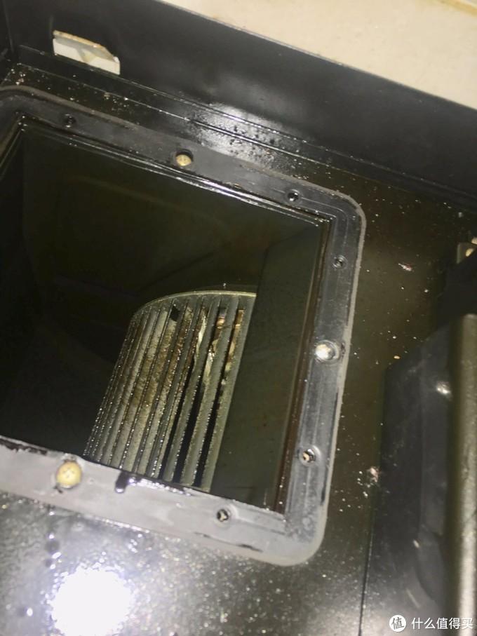 这是拆下出风口座后的电机出风口,可以看到同样很恶的风轮