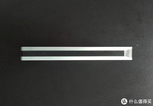 侧面中间是黑色的塑料夹层,右侧尖角处是硬盘灯