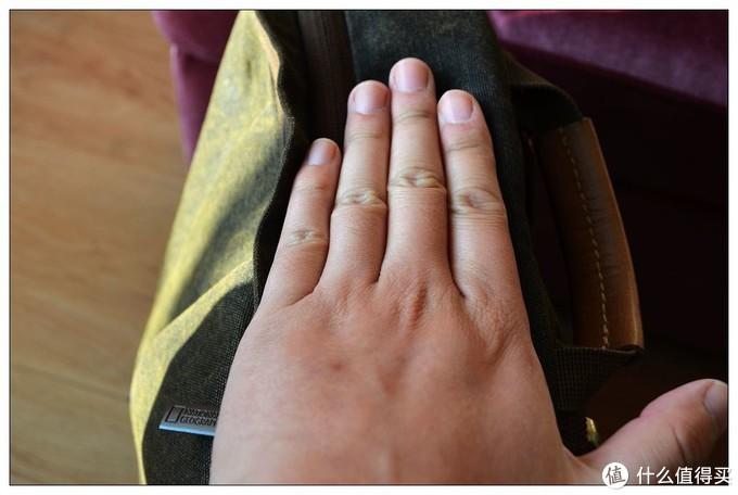 一个手掌的厚度,还是很不错的,对于一款多功能背包来说