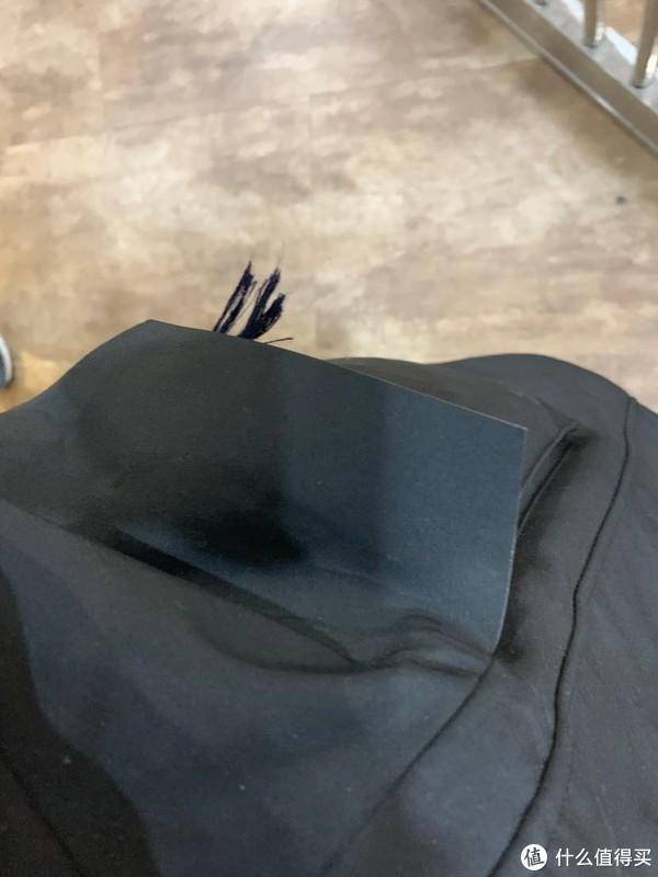 左胸拉链口袋一只,腰间?大口袋两只,同样拉链,不过不适合抄手