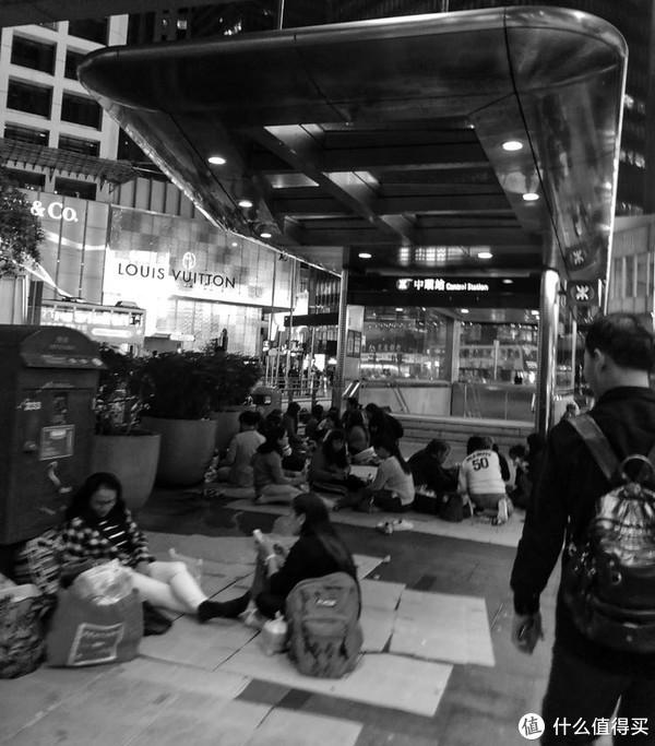 中环地铁口旁若无人的菲佣聚会