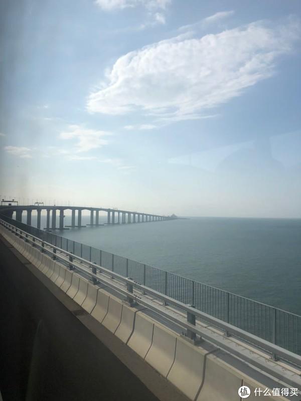 从穿梭巴士拍照:前面就是海底隧道的入口了