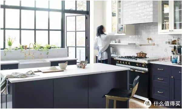 ▲新鲜的亚麻布, 反光金属配饰,轻松的中性色调为时尚的厨房带来恢复性的宁静。