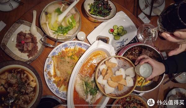 这是在和老婆家人一起团年吃的,今年不想弄饭,就在外面包的桌。