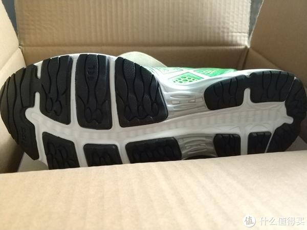 鞋底来一张,黑色的ahar+耐磨橡胶上gel和asics的字样清晰可见(zdm压图后gel应该还是清晰的,其他不好说),橡胶上的花纹我也挺喜欢的,指甲掐了掐,贼硬。中间白色的重心引导线GUIDANCE LINE,图里不太看的清字样。尽管不是稳定跑鞋,C18依然在足弓部位两侧加了TPU支撑以强化稳定性。