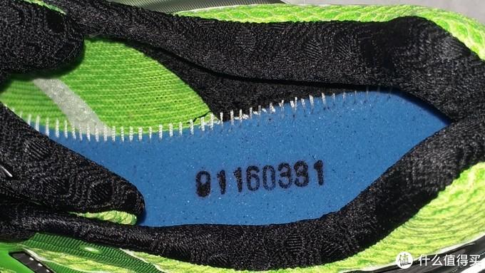 掀开鞋垫,可以看到内部走线还是挺好的,黑色的数字可能是生产批号之类?这个角度看后跟感觉真厚。