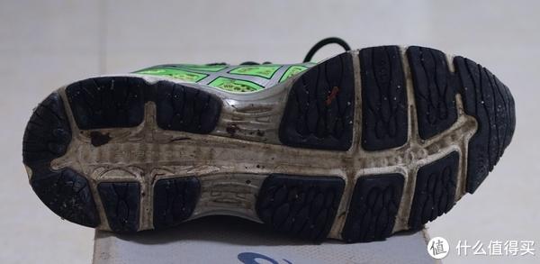左鞋大底现状,中间的重心引导线附近磨损较为厉害,似乎开始磨到白色的SP EVA部分了。AHAR耐磨橡胶非常坚挺,除了重心引导线附近磨损较为厉害之外,其他部位都没多少磨损的样子。