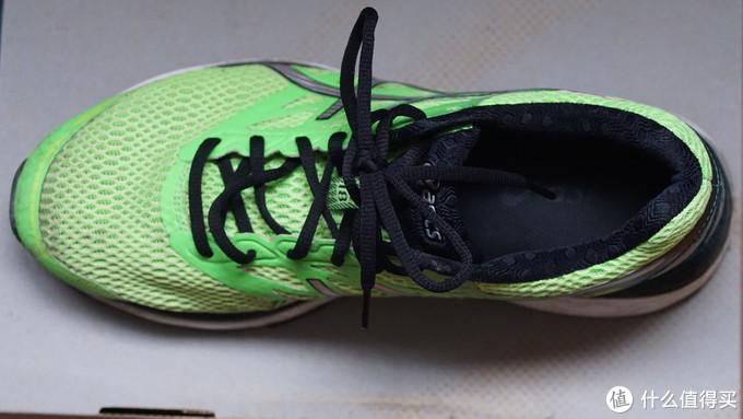 右鞋鞋面同样有一处破损,也是鞋口附近,其他部位完好。