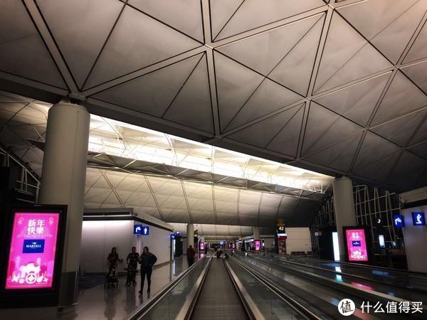 下午5点多到的香港,转机还是比较顺利就是过一个简单的安检直接到了候机,晚上是凌晨1点多飞机要在香港机场待足足6个小时,还在香港机场wifi给力,座椅够多,而且都有插座(英式插头+USB)看看视频什么的还是不成问题。