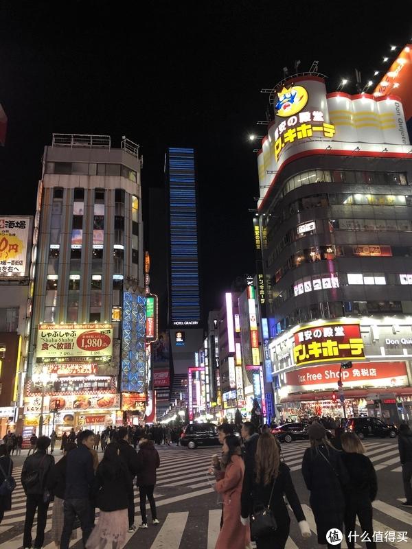 夜晚的新宿,旁边是歌舞伎町街没去拍.....
