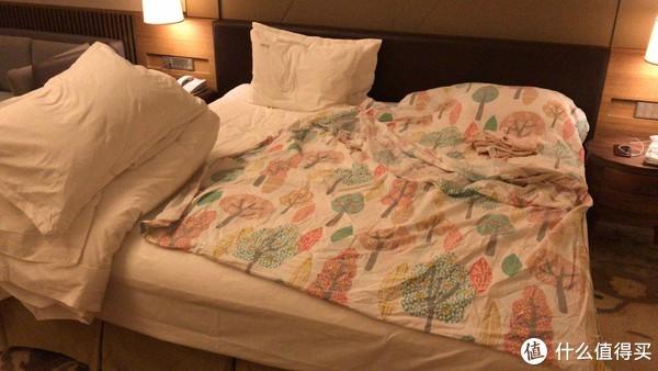 2.4米宽的大床,两张单人床拼起来的。