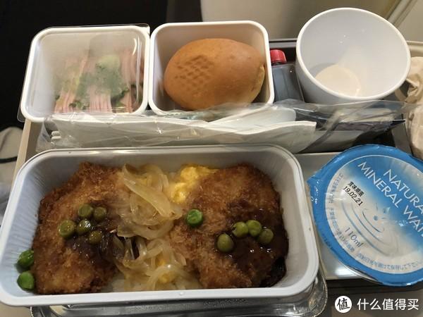 有咖喱鸡肉饭和汉堡排饭,我选了汉堡排
