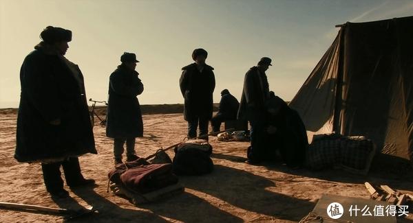 电影一开头的帐篷,我以为是住在帐篷里面,想不到是住在底下窝子,在现在看来是完全无法想象的事情