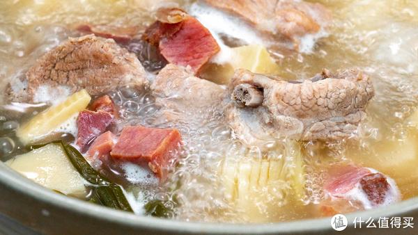 鲜笋加上新鲜排骨,小火煨1小时,汤白味美,鲜得掉舌头!