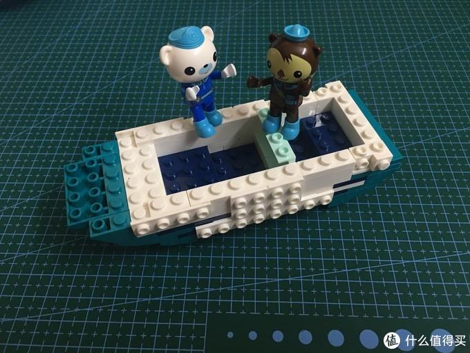 """小熊在庆祝船底建好""""万岁""""""""万岁"""""""