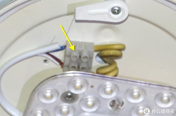 接线柱这边是有小螺丝钉固定的,需要用螺丝刀