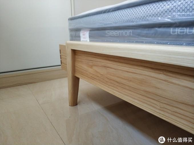 这个角度,卧室实在太小了,床尾还有40cm就是衣柜了,衣柜没有其他地方摆了,哎