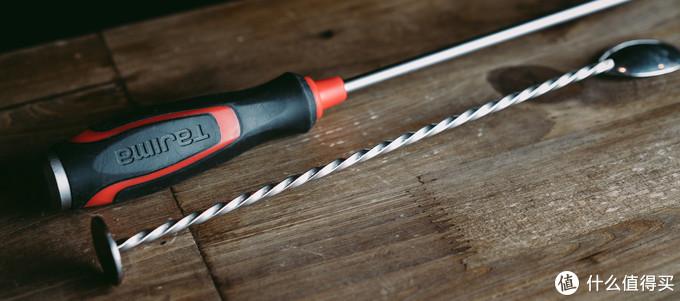 酒吧里的制作方法自然是用吧勺,你真掏出个螺丝刀其实也不是不行啦
