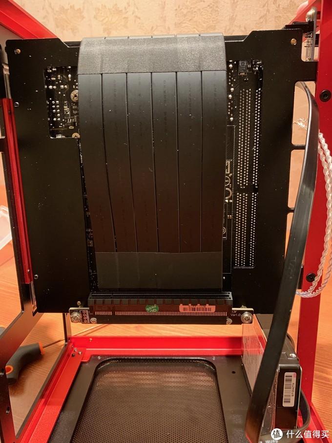反面装上显卡延长线,这样就能背靠背结构,节省空间