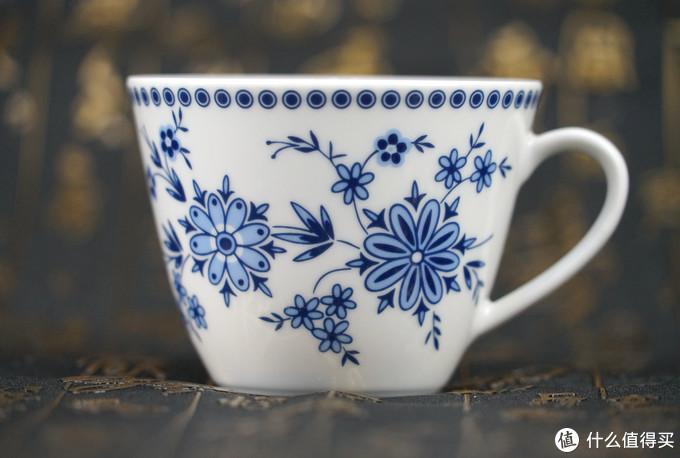 素胚勾勒出青花笔锋浓转淡,如传世的青花瓷自顾自美丽:SeltmannWeiden 杯碟套组