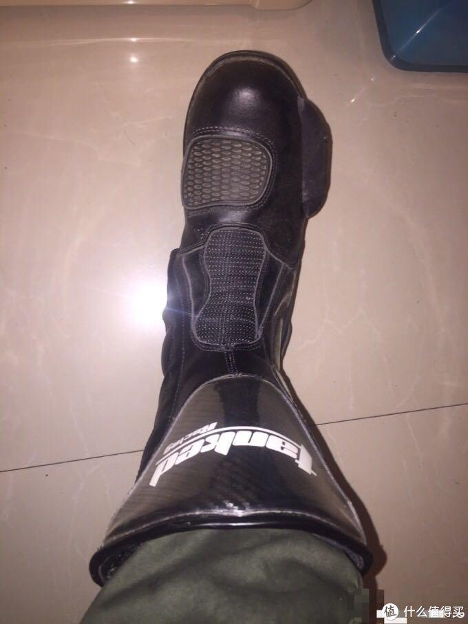 正面,鞋头左边的橡胶片主要用于换挡,鞋头右边突出的模块起到防摔作用。