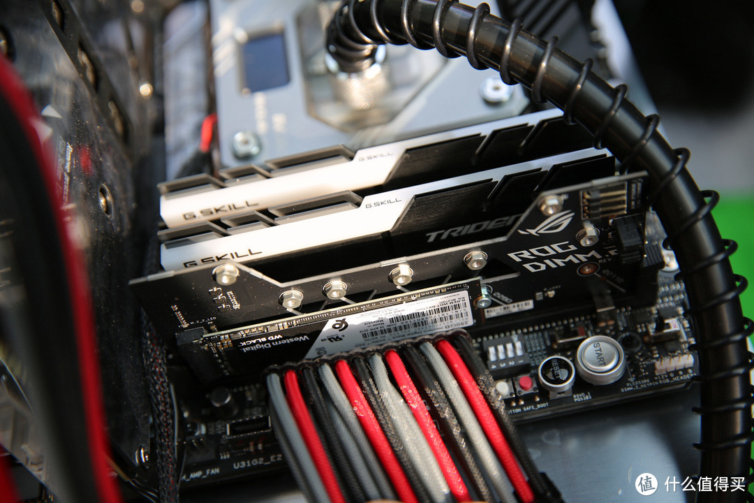 内存使用的芝奇幻光戟 128G M.2 SSD使用的WD的black 256G 组装的时候皇家戟还没出,推荐链接就先推那个了。