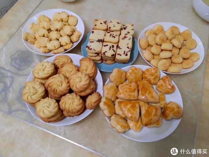 按左右上下:玛格丽特饼干、蔓越莓饼干、椰蓉球、黄油曲奇、淡奶油司康