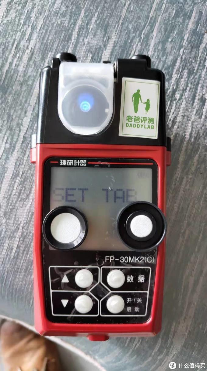 机器上SET字眼下方的是耗材的芯片,TAB字眼下方是耗材的盖子,把盖子扔了,把耗材放进耗材格子里,简单轻易,比丁妈的仪器倒是来得简单很多。