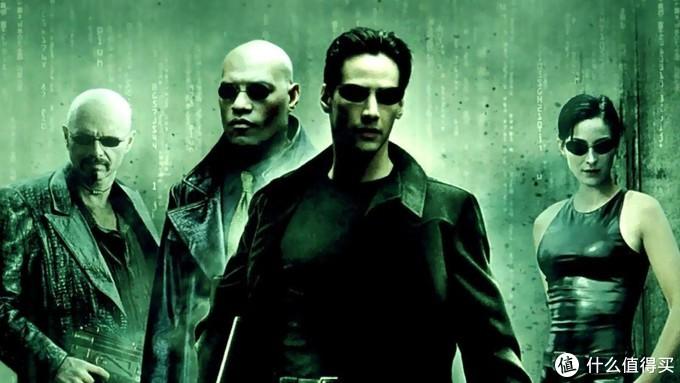 1999年的3月,《黑客帝国》上映,凭借着振聋发聩的想象力和一流动作指导和特效引发观影热潮,并成功发展成了三部曲