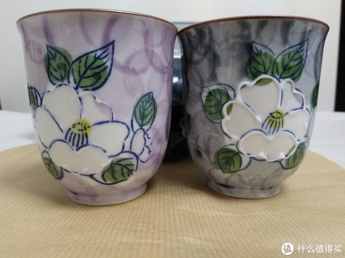 两个杯子颜色纯正,花纹精致,凹凸感强烈。