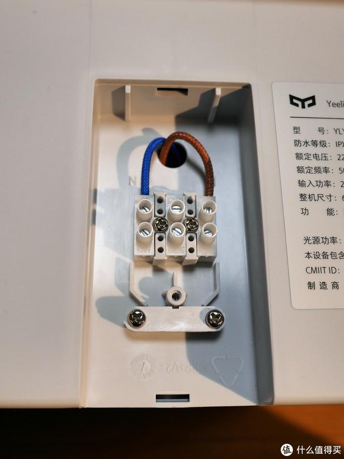 拆开铭牌右侧的挡板可以看见电源线连接处