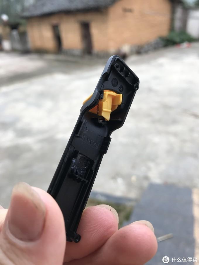 拧开四颗螺丝,就可以通过挤压暗扣打开,这是按键那部分,可以看到有个凹槽有润滑脂,这点细节就值得很多厂商学习。