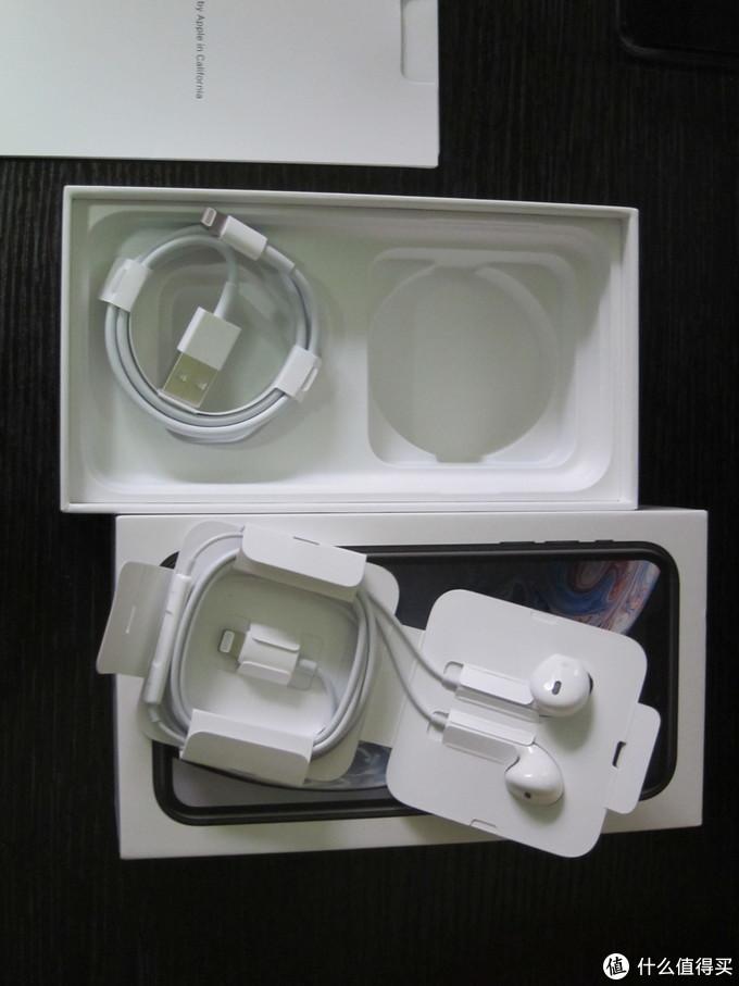 耳机和数据线。 耳机是直接和充电接口一样的接头,不是配送3.5转接线的。